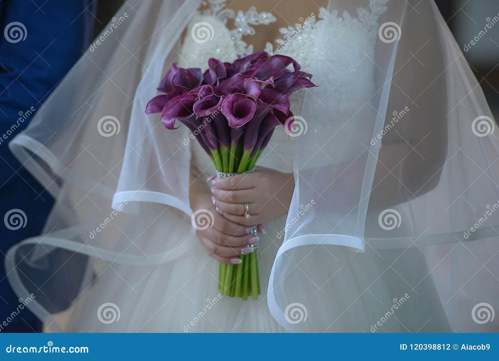 Novia Que Lleva Un Vestido De Boda Opulento Con El Velo Y La
