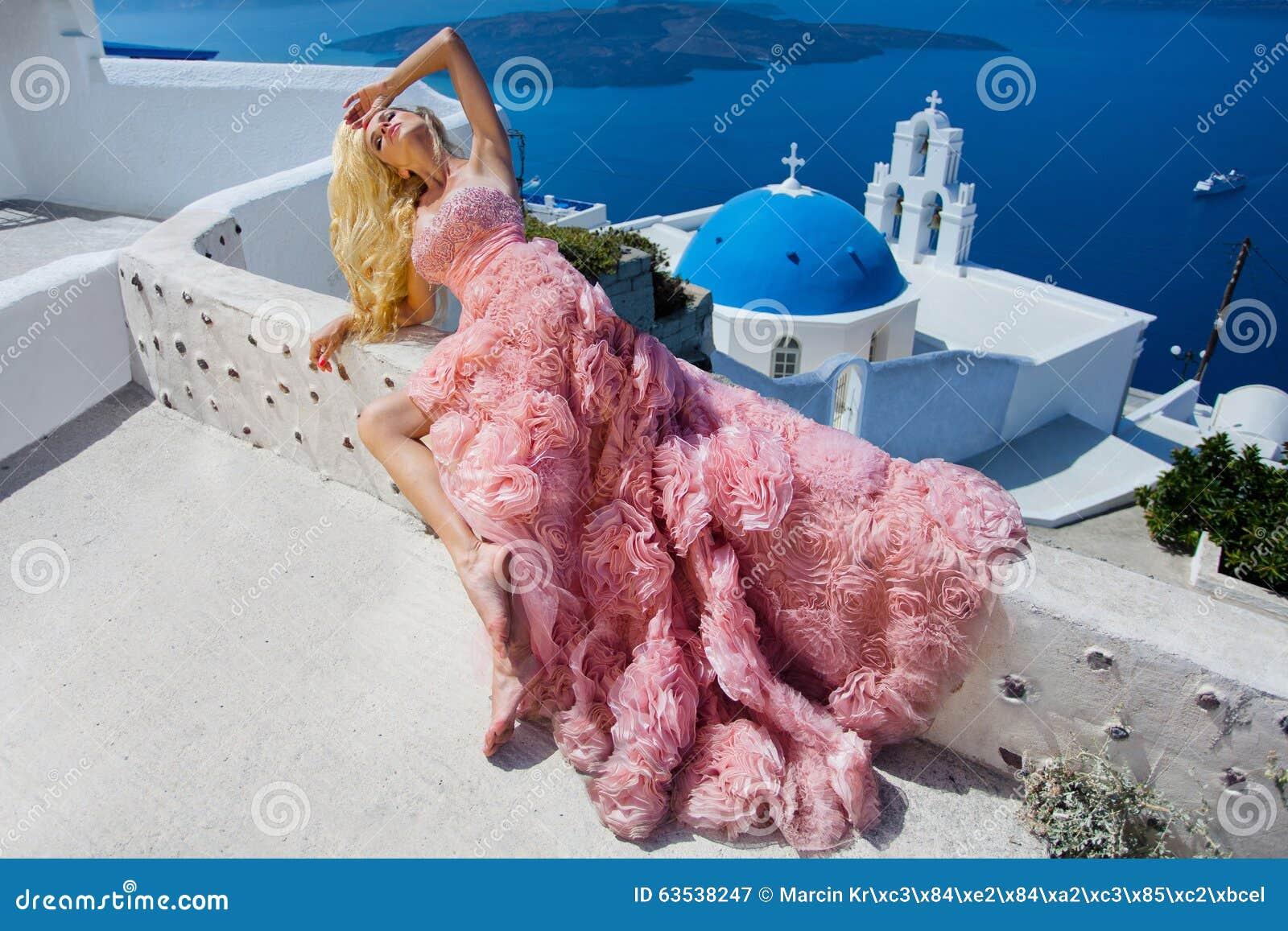 Novia Rubia Hermosa Del Fugitivo En El Vestido De Boda Blanco ...
