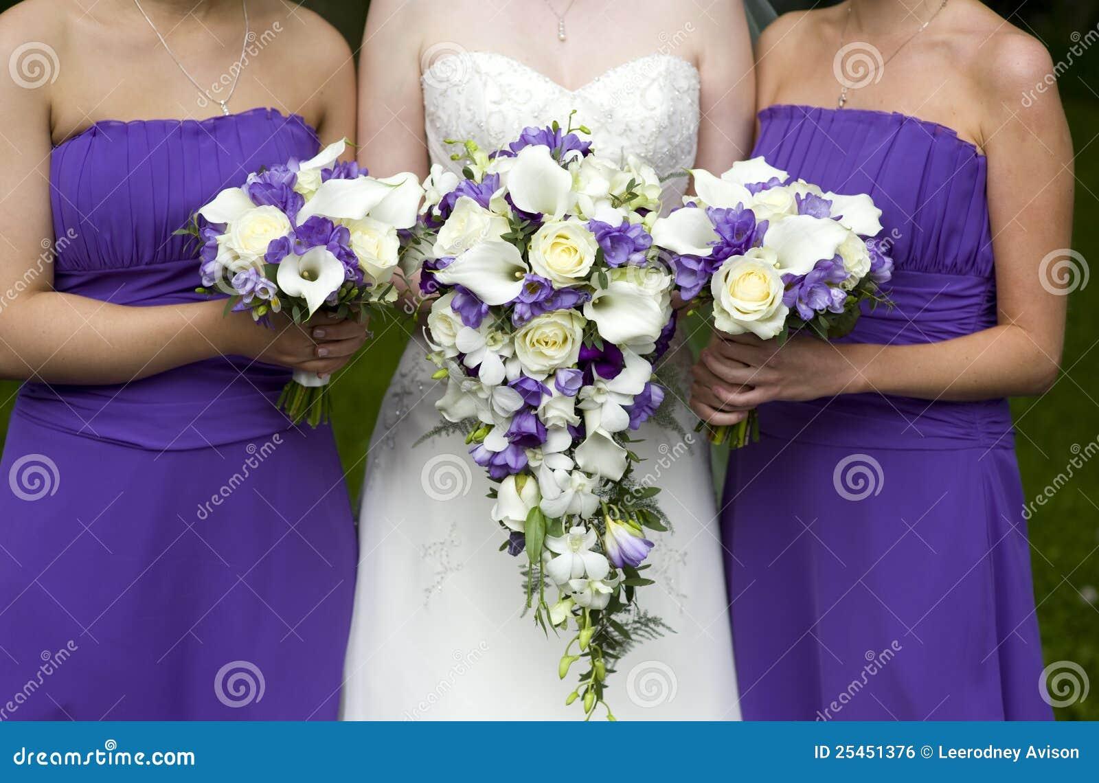 Novia y damas de honor con los ramos de la boda