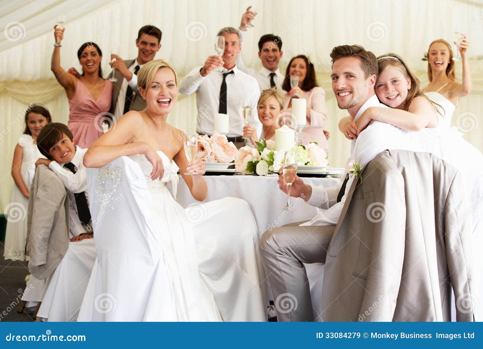 Novia y novio Celebrating With Guests en la recepción