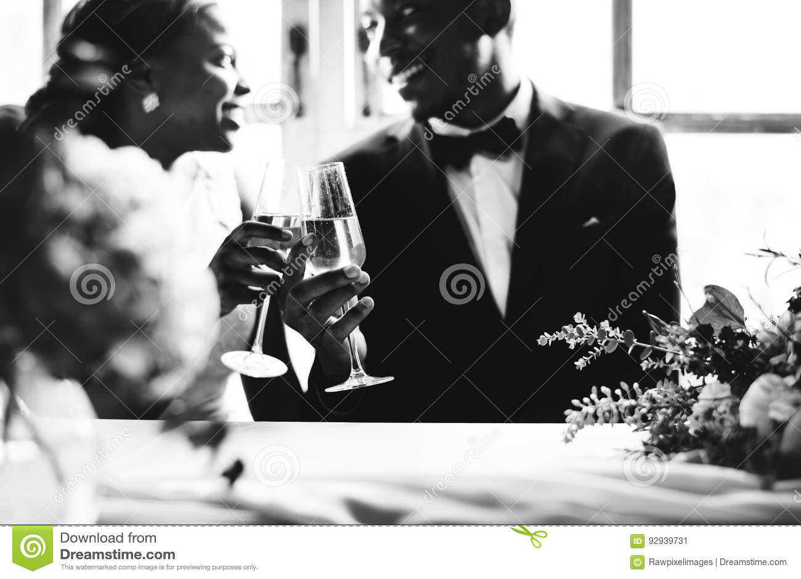Novia y novio Clinking Glasses Together de la ascendencia africana