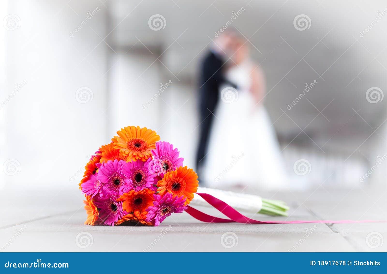 Novia y novio con las flores