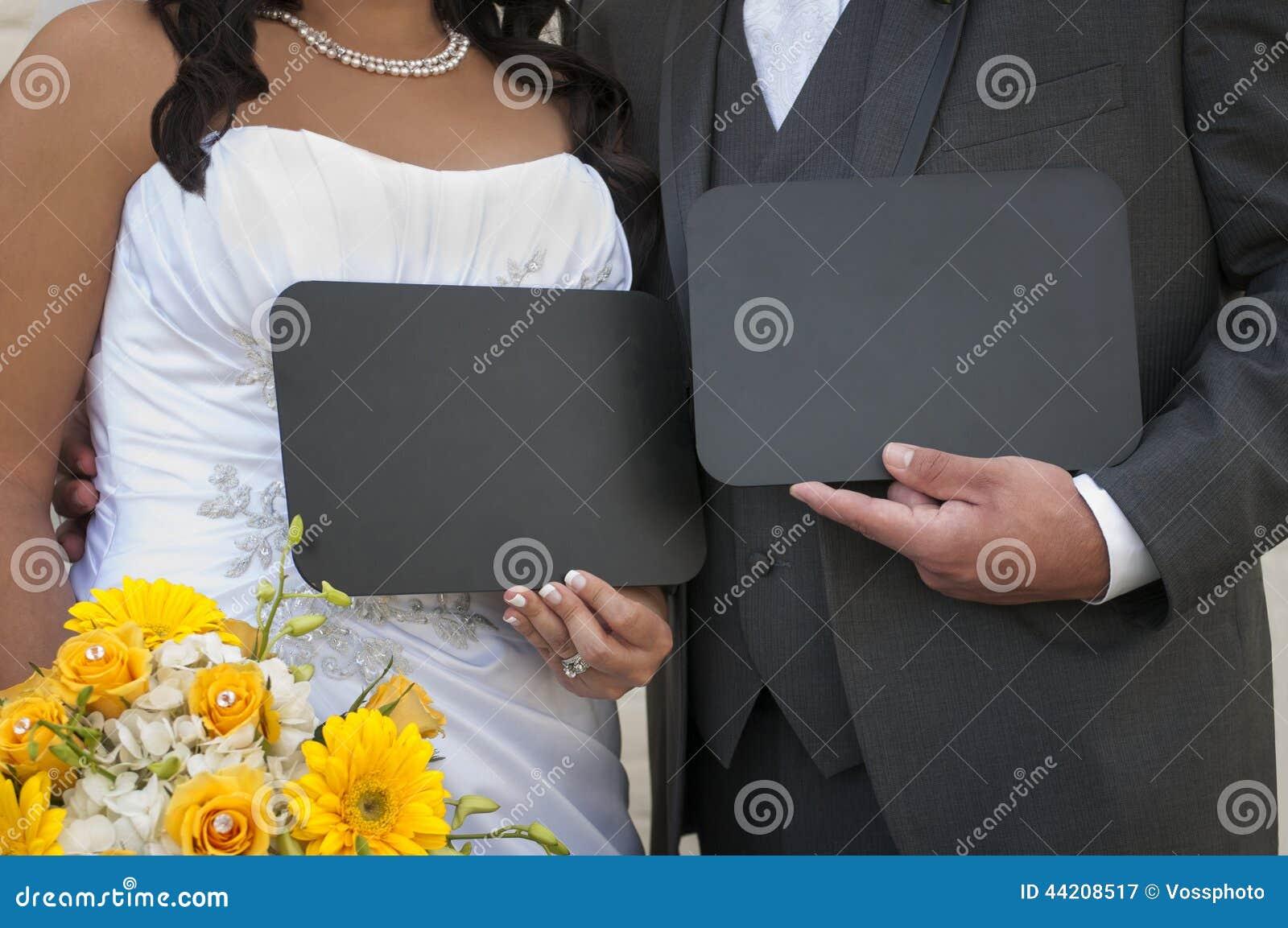 Novia y novio Displaying su mensaje de encargo de la pizarra