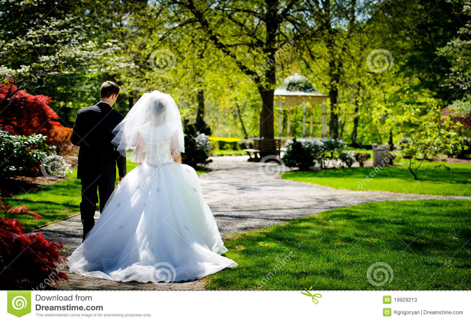 Novia y novio en el parque