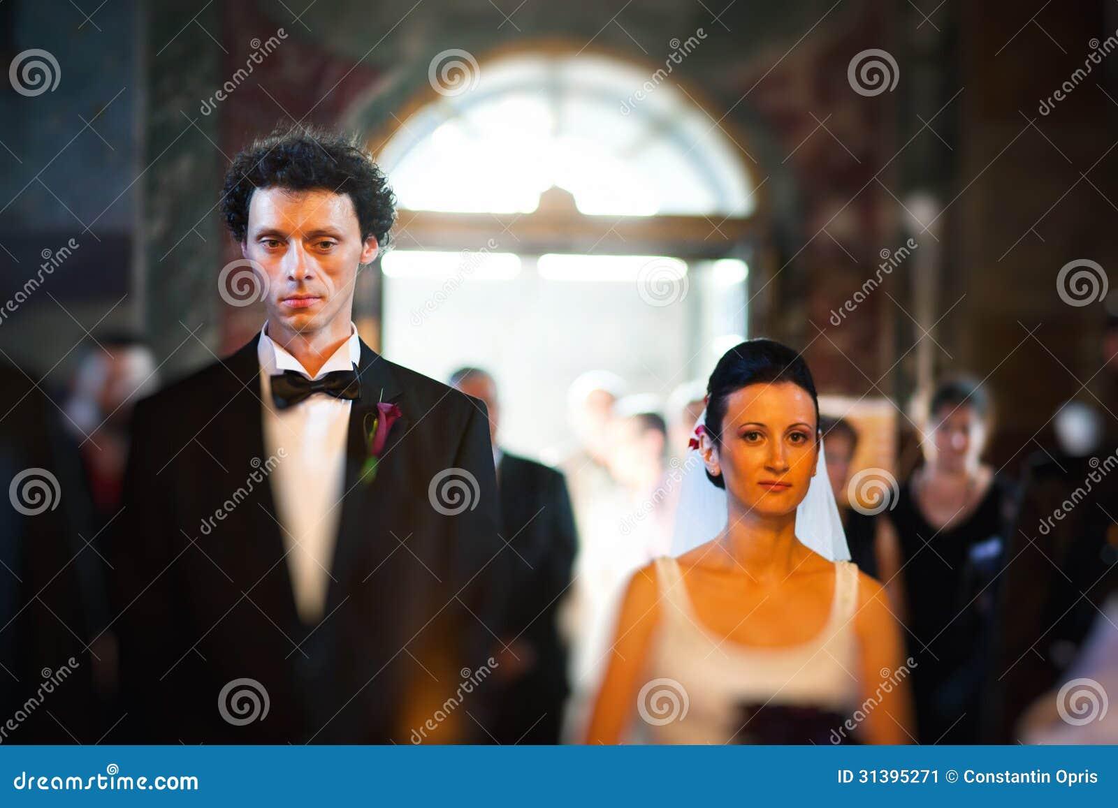Novia y novio en iglesia