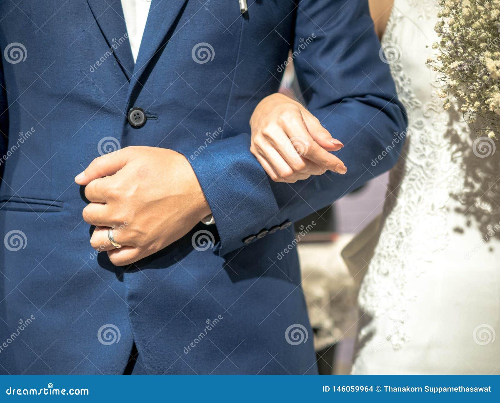 Novia y novio en su día que se casa en la iglesia, matrimonio de la boda de la felicidad