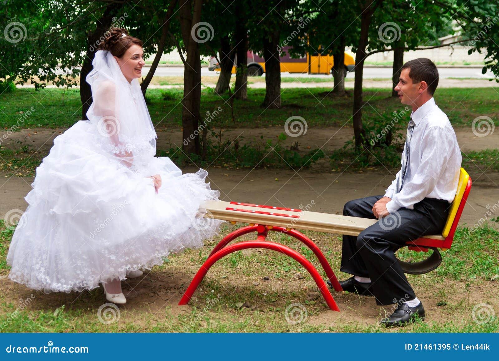 Novia y novio en un balancín