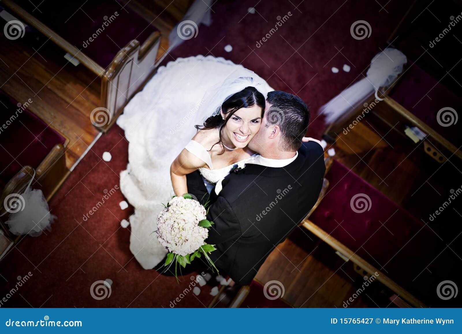 Novia y novio en una iglesia