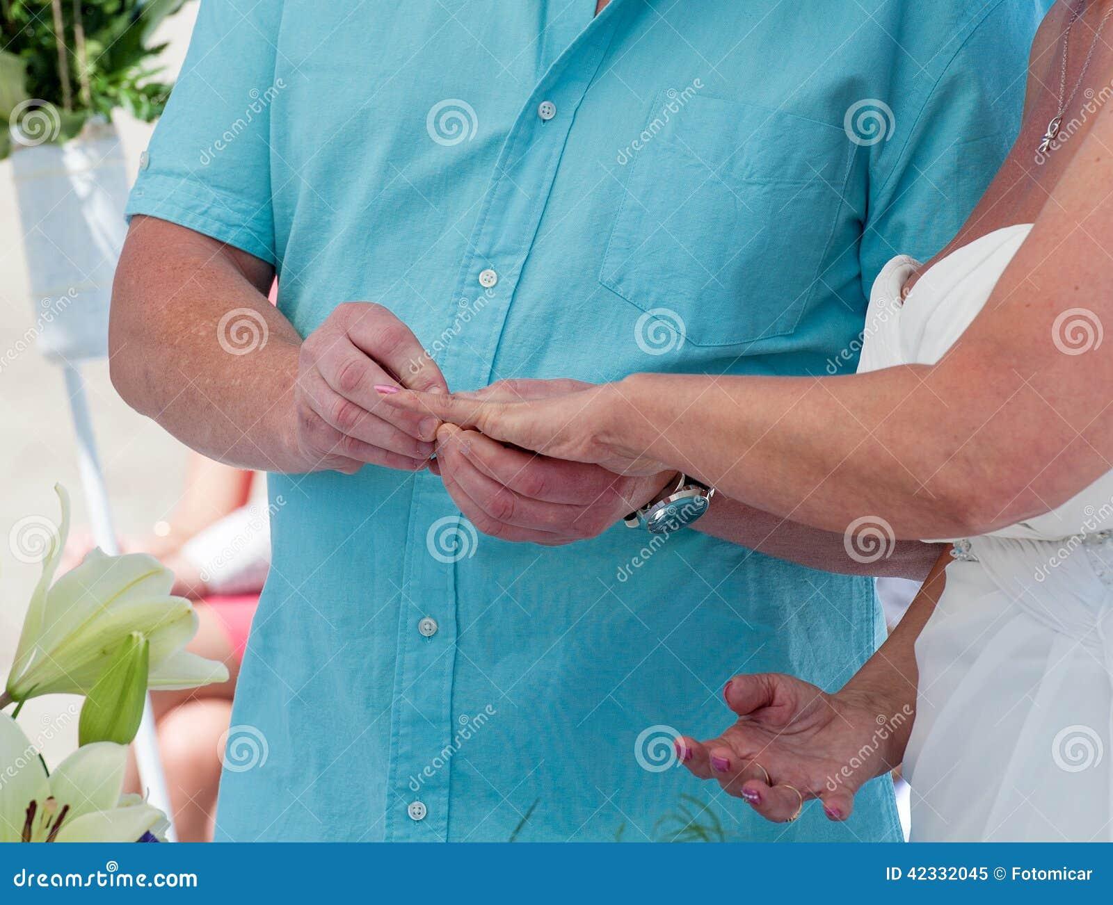Novia y novio que intercambian los anillos