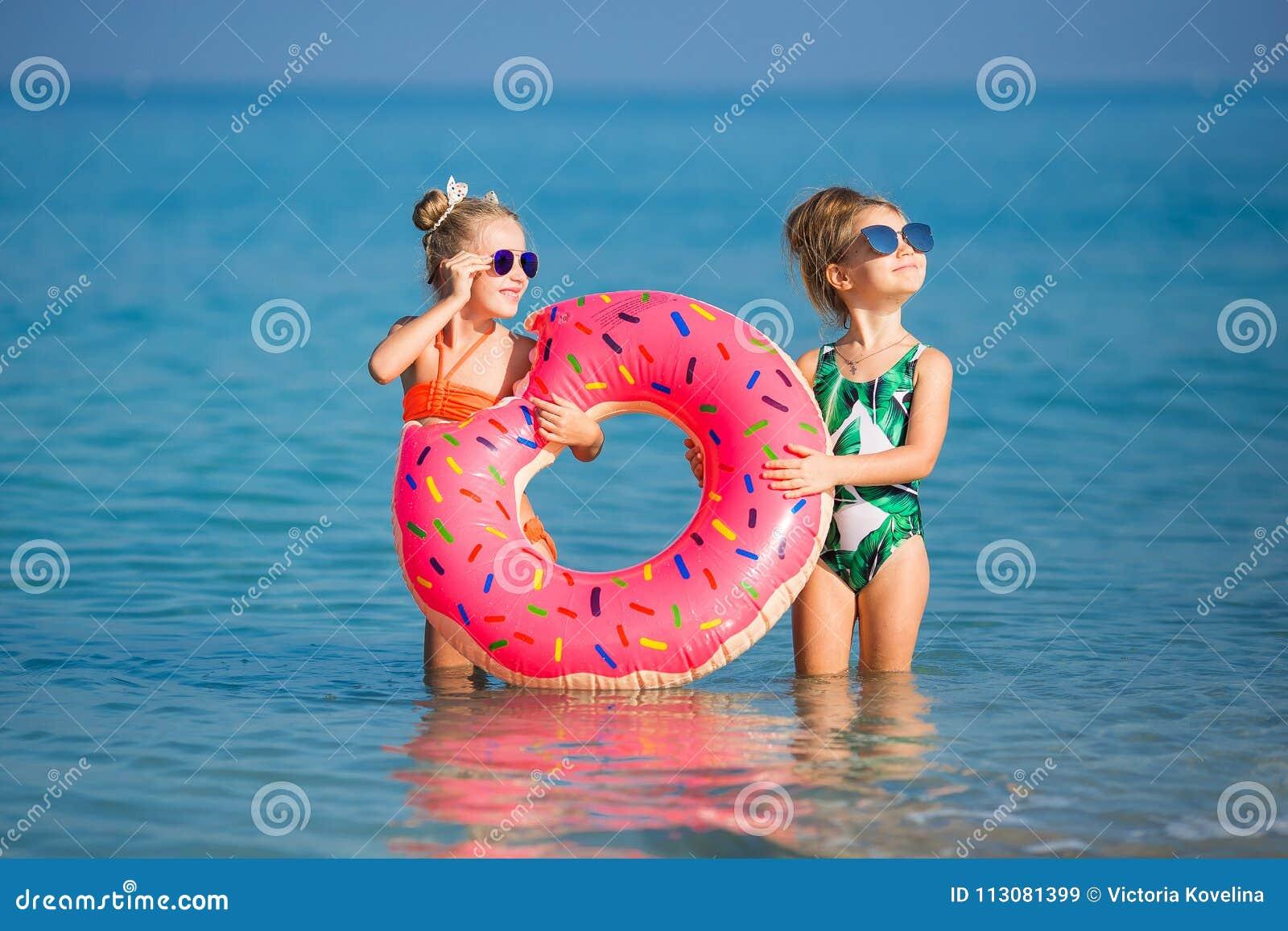 Novias alegres que juegan alrededor el vacaciones
