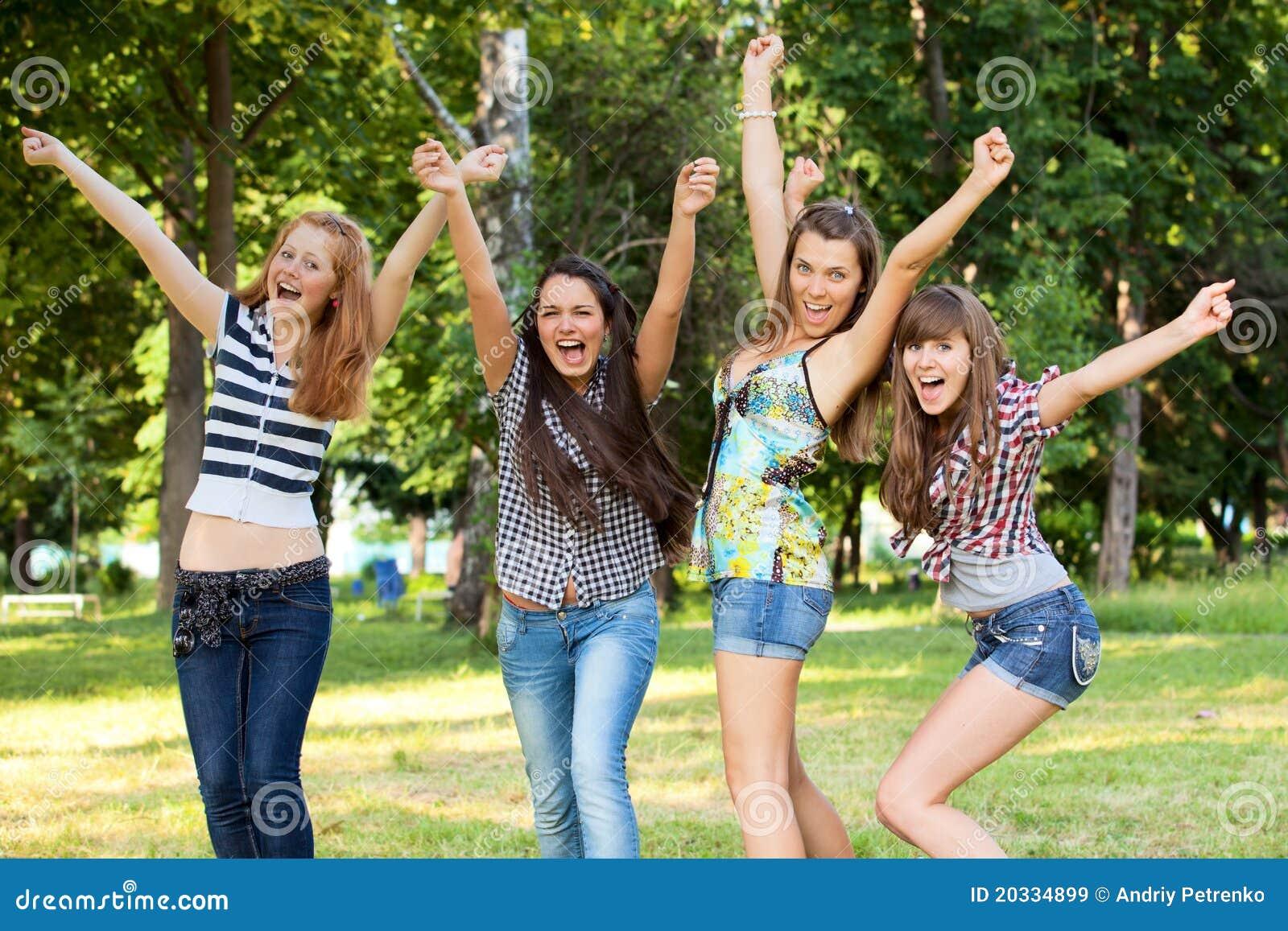 Novias jovenes y atractivas en parque