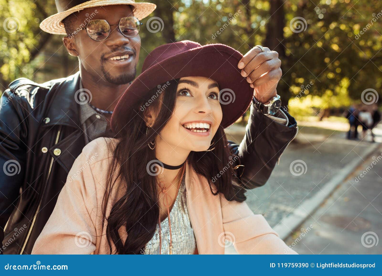 0e660f6c11a72 Novio en un sombrero conmovedor de las novias del sombrero de paja mientras  que camina en
