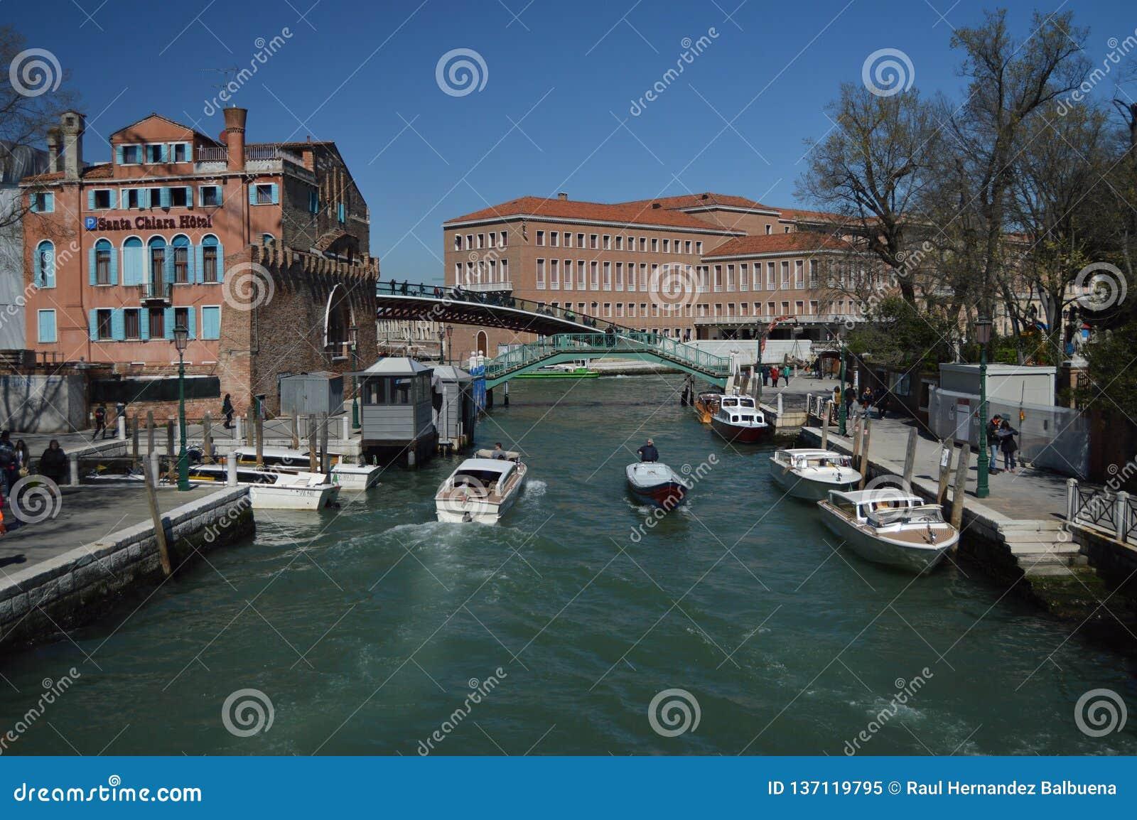 Novo River Canal In Santa Chiara With Nice Boats Sailing em Veneza Curso, feriados, arquitetura 28 de março de 2015 Veneza, Vênet