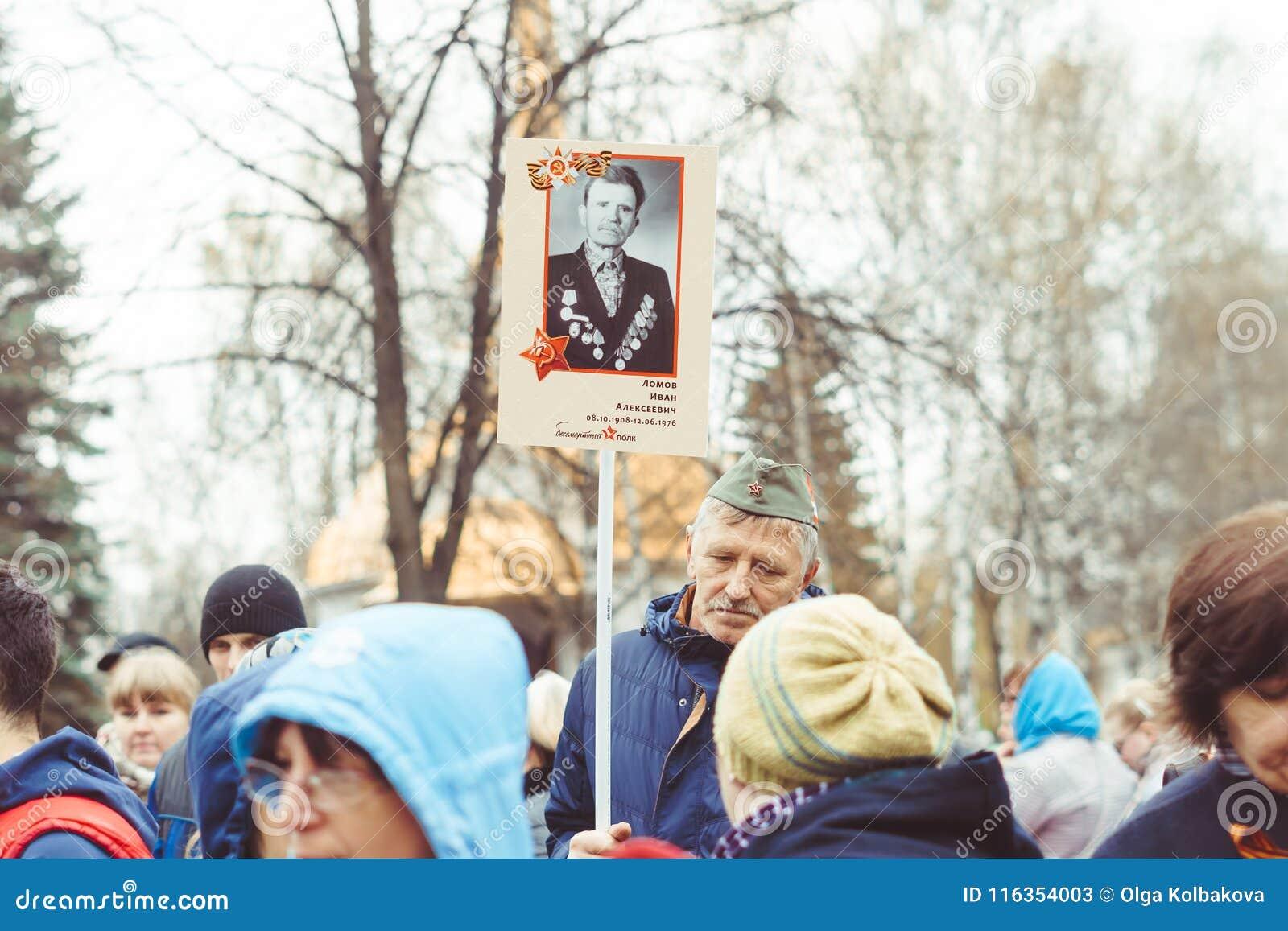 Novokuzneck, RUSLAND - MEI 9, 2018: de mensen vieren overwinningsdag in Rusland