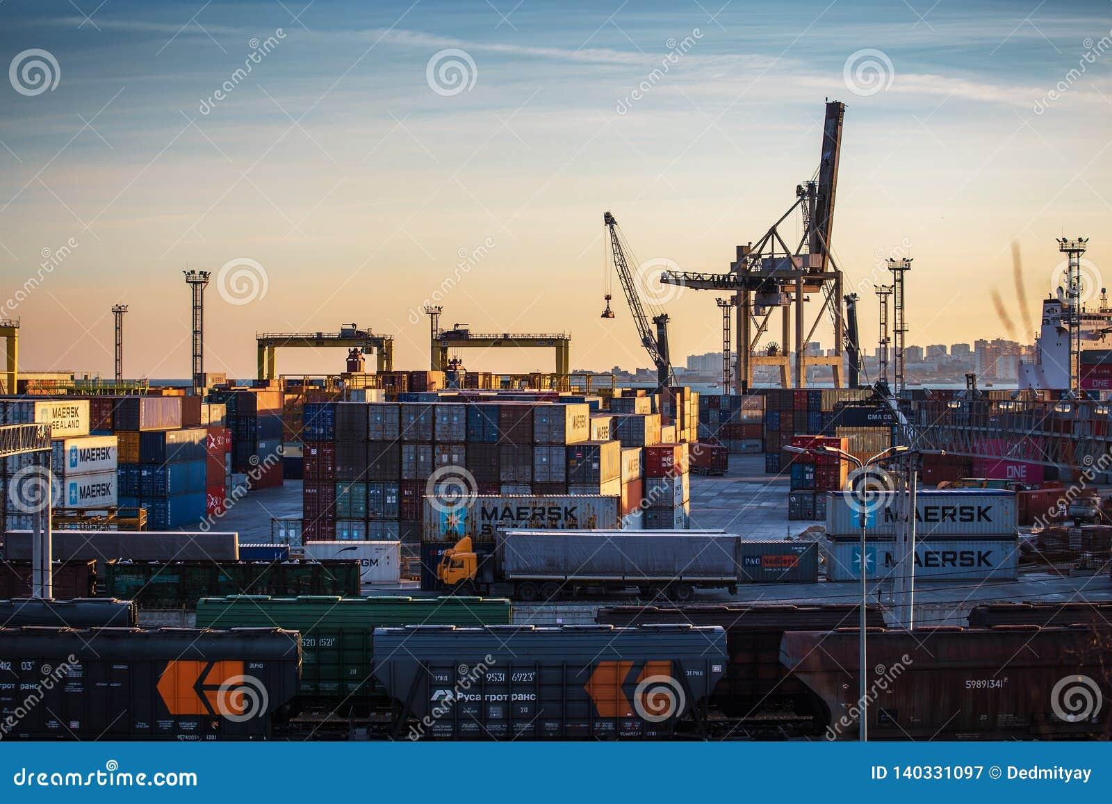 Novorossiysk, Rusland - Circa Februari 2019: De zeehaven van het vrachtvervoer voor de invoer en de uitvoergoederen, ladingsconta