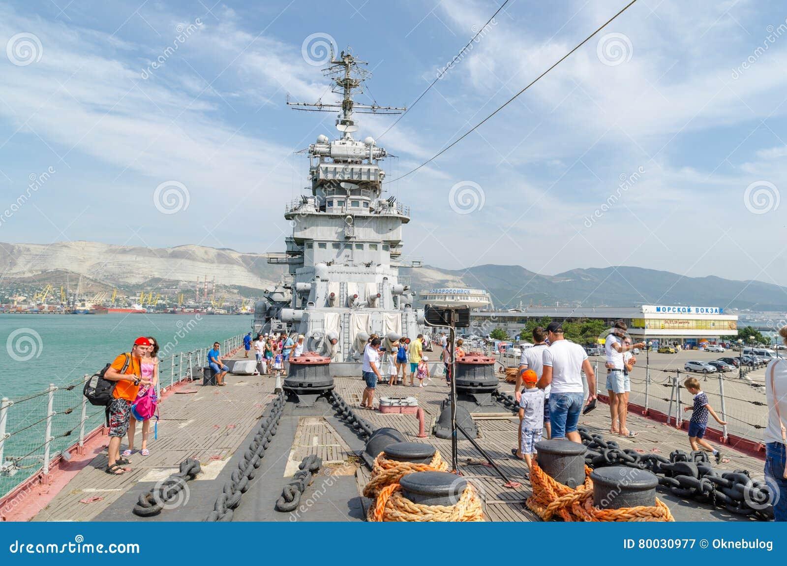 Novorossiysk Toeristen op het dek van de kruiser Mikhail Kutuzo