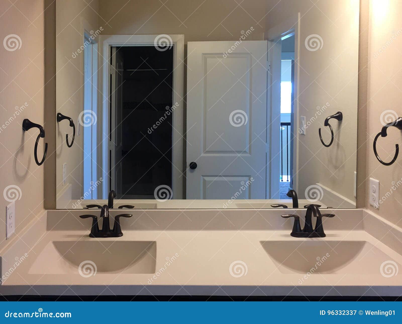 Nowa łazienka Z Dwa Zlew I Lustro Na ścianie Obraz Stock