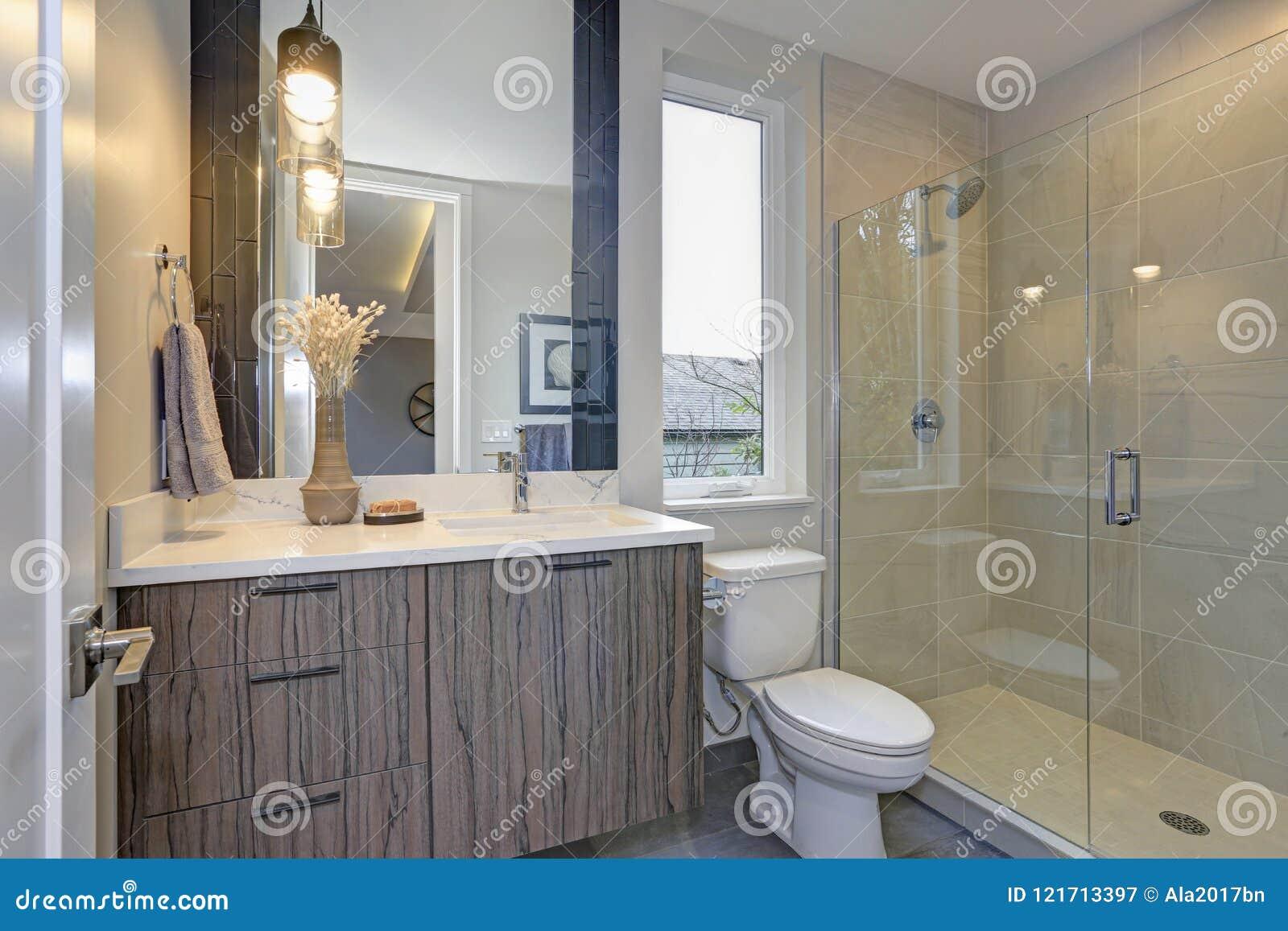 Nowa luksusowa łazienka w popielatych brzmieniach
