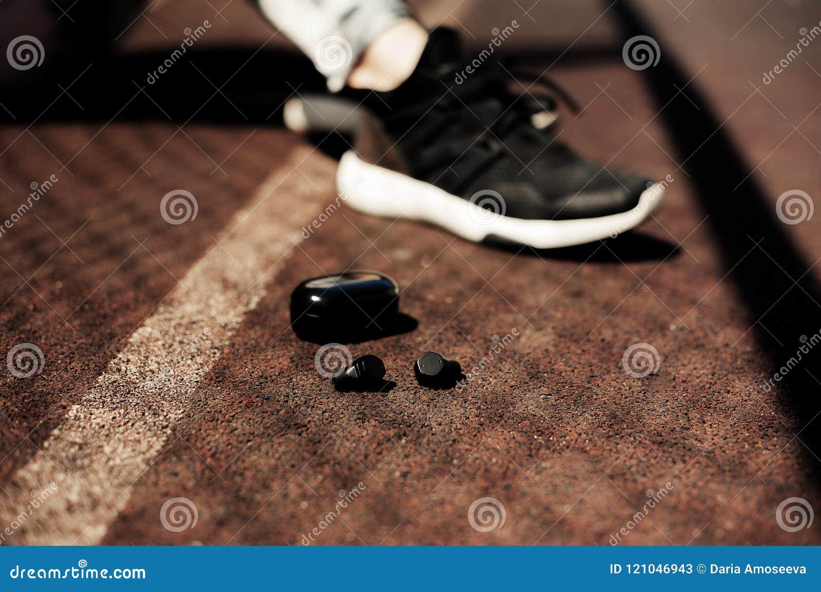 Nowa technologia sporta noszoni akcesoria dla biegaczów: sprawność fizyczna bawi się bezprzewodowe słuchawki, działający buty Ear