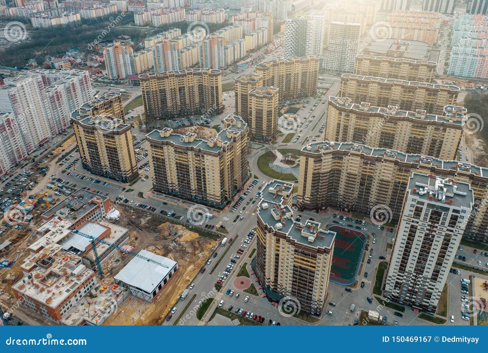 Nowe ćwiartki z nowymi nowożytnymi wieżowami, drogami i parking w Voronezh mieście, widok z lotu ptaka