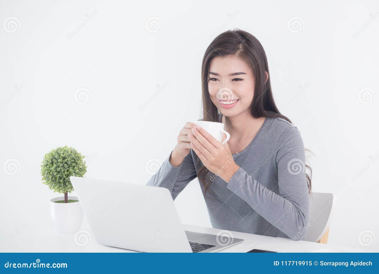 Nowe pokolenie azjata biznesowej kobiety obsiadanie i pić kawa