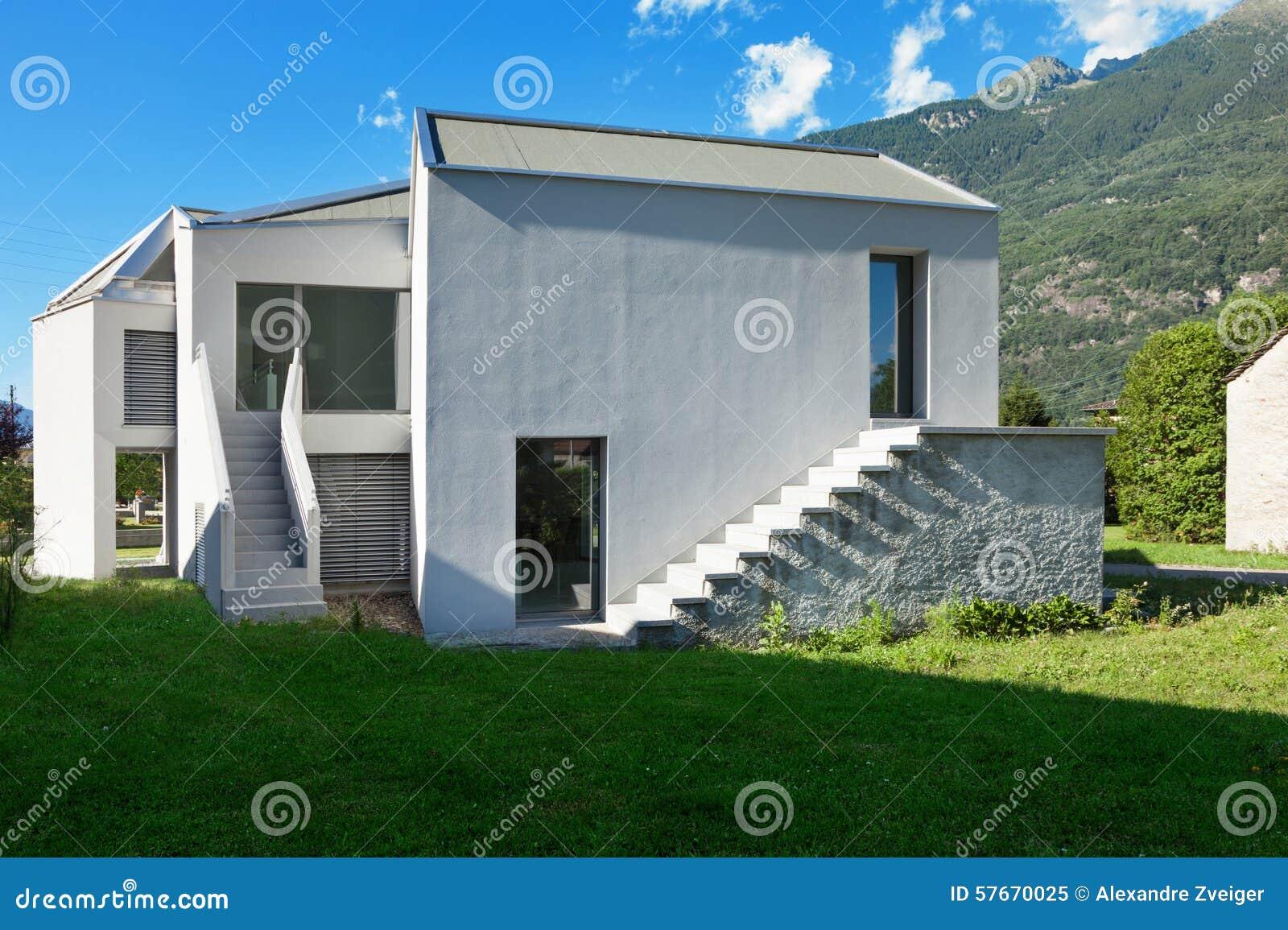 Nowego domu widok od łąki