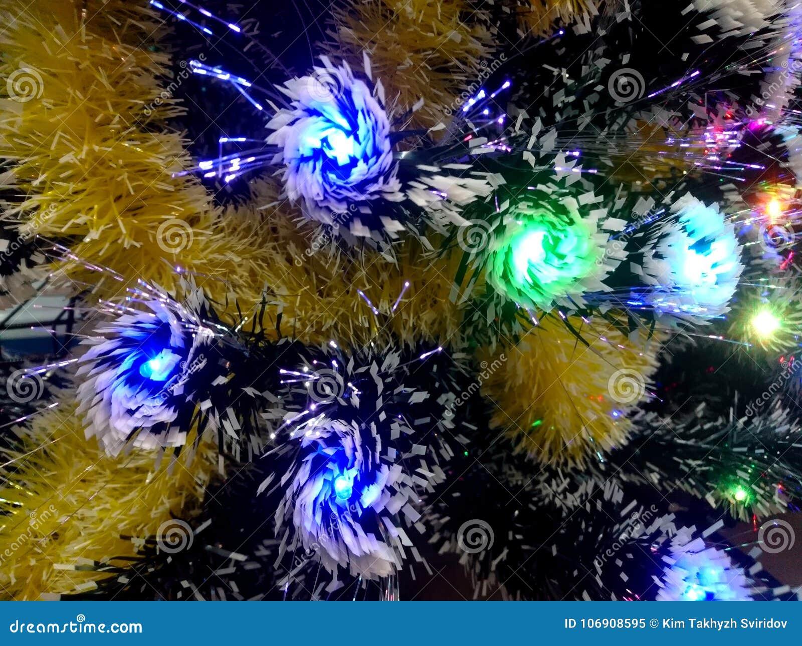 Nowego Roku świecidełko z neonowymi światłami na choinki zbliżeniu