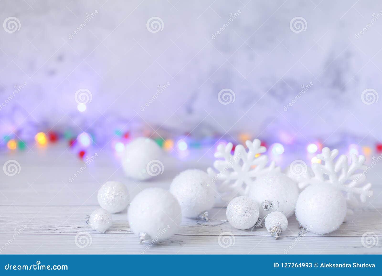 Nowego roku lub bożych narodzeń dekoracje w srebrze i biel kolory z piłkami, płatkami śniegu i girlandy bokeh,