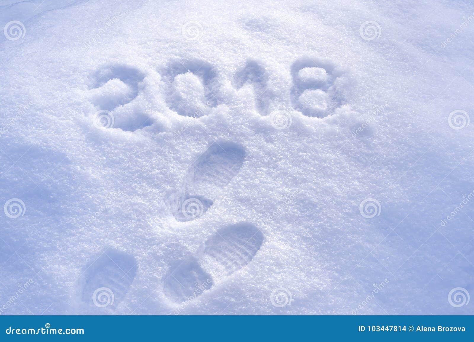 Nowego Roku 2018 powitanie, odciski stopy w śniegu, nowy rok 2018, kartka z pozdrowieniami