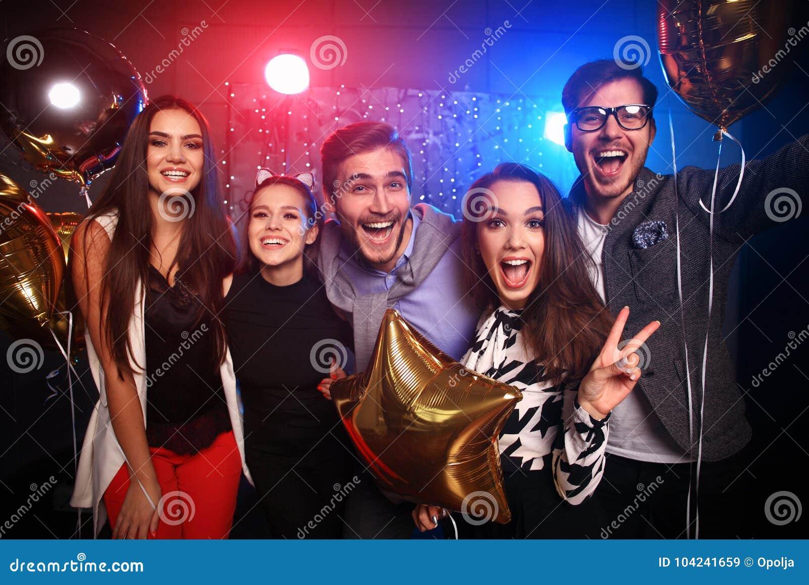 Nowego roku przyjęcie, wakacje, świętowanie, życie nocne i ludzie pojęć, - młodzi ludzie ma zabawa tana przy przyjęciem