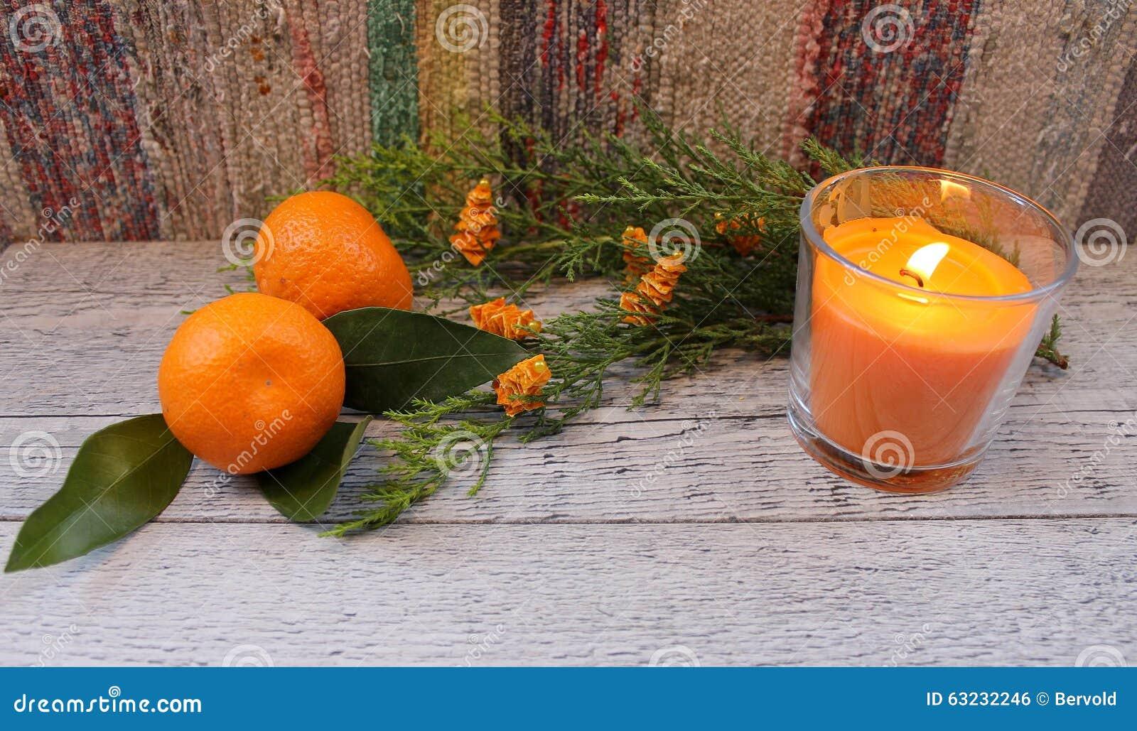 Nowego Roku skład z tangerines, arborvitae gałąź, świeczkami i choinkami,