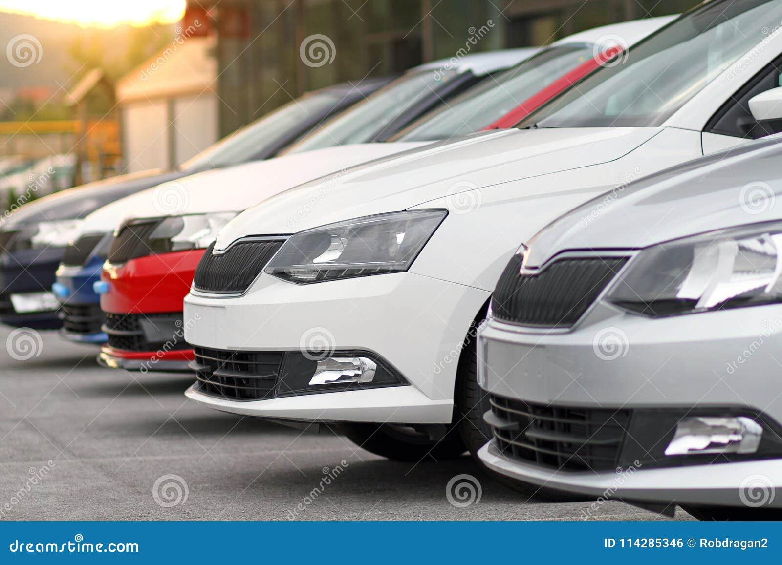 Nowi samochody dla sprzedaży parkującej przed samochodem, motorowy handlowa sklep, sklep