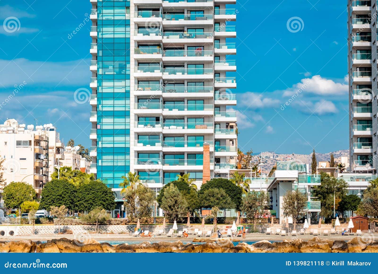 Nowożytni budynki mieszkalni i zwyczajny przejście wzdłuż nadbrzeża cibory Limassol molo