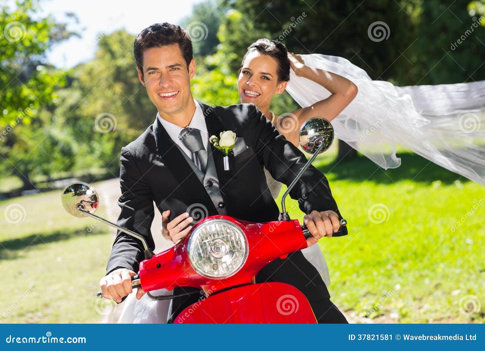 Nowożeńcy para cieszy się hulajnoga przejażdżkę