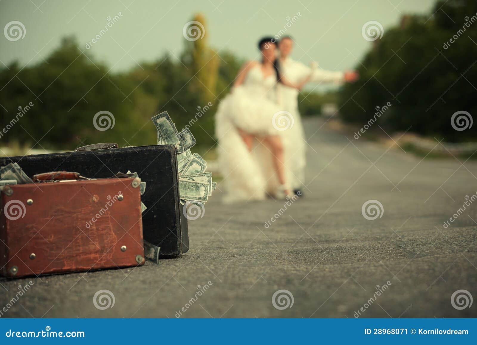 Nowożeńcy para hitchhiking na drodze