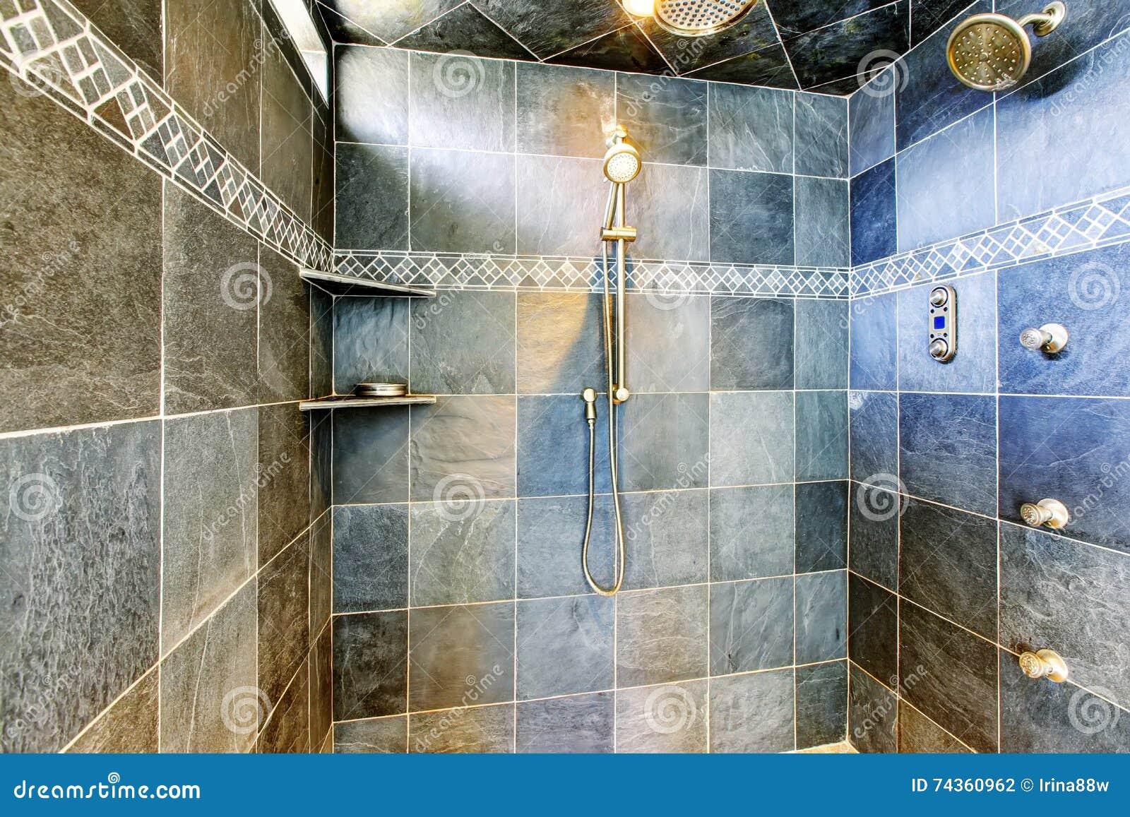Nowożytna łazienka w prysznic z parowym nowożytnym systemem