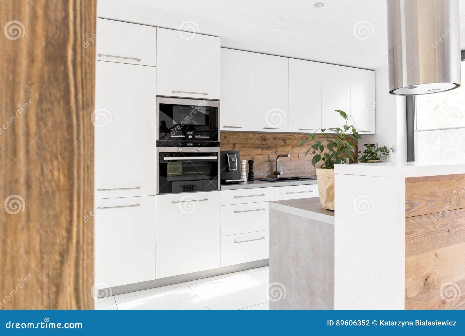 Nowożytna Biała Kuchnia Z Wyspą Zdjęcie Stock Obraz