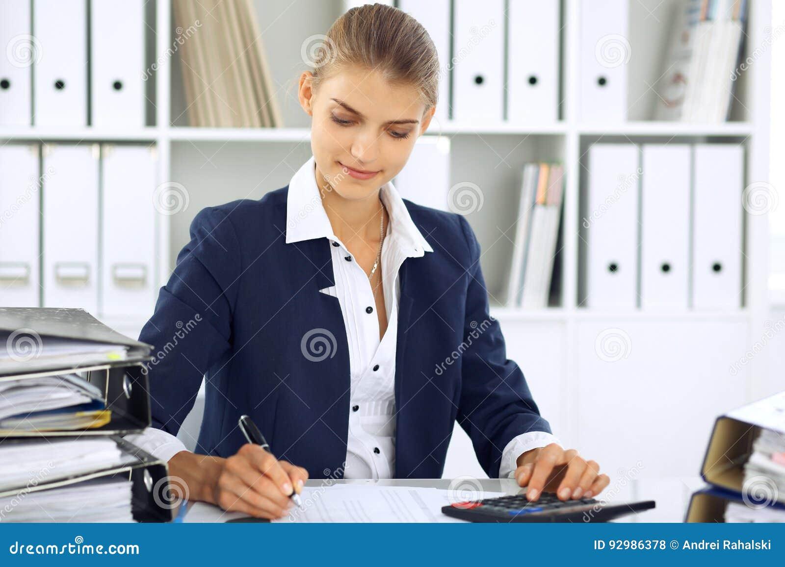 Nowożytna biznesowa kobieta lub ufny żeński księgowy w biurze Studencka dziewczyna podczas egzaminu narządzania Rewizja, podatek