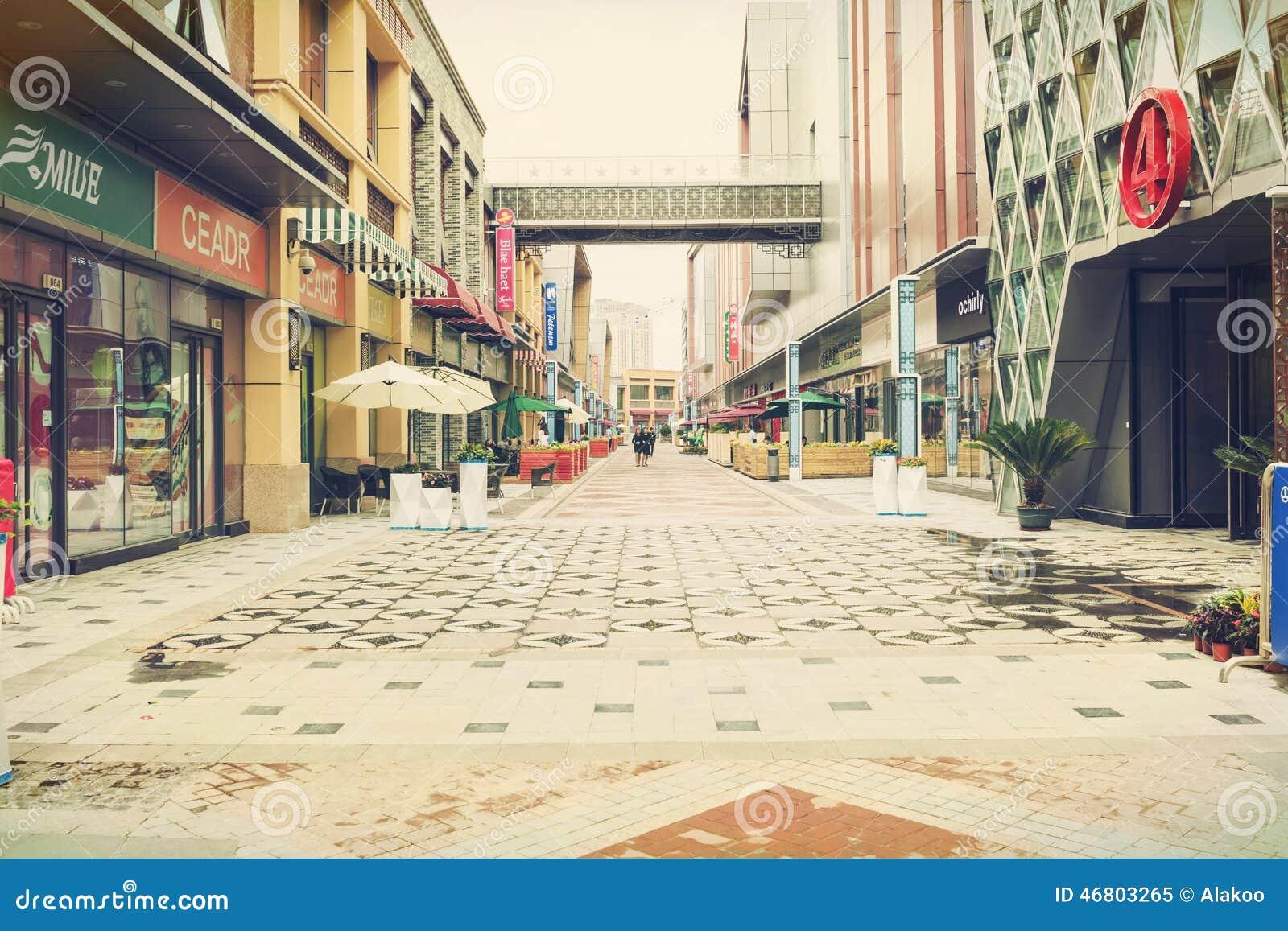 Nowożytna handlowa miasto ulica, miastowa biznesowa zakupy ulica, zwyczajny centrum handlowe