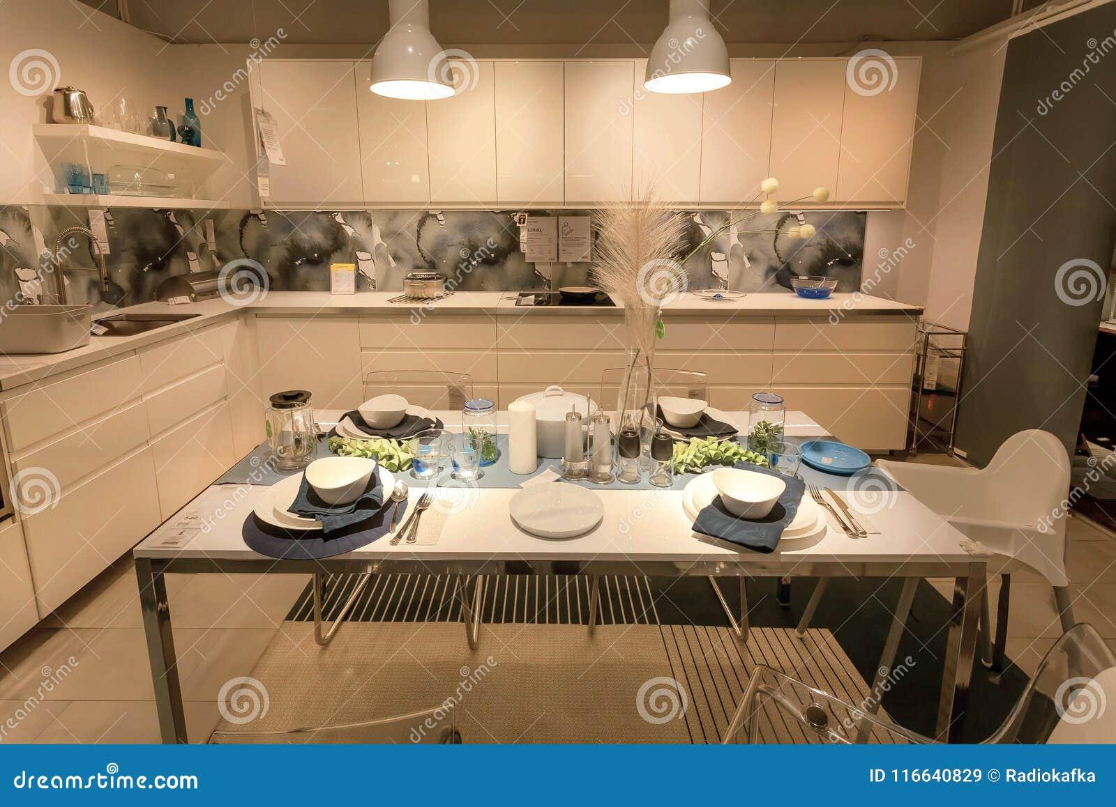 Nowozytna Kuchnia I Jadalnia W Wielkim Ikea Sklepie Z Meble