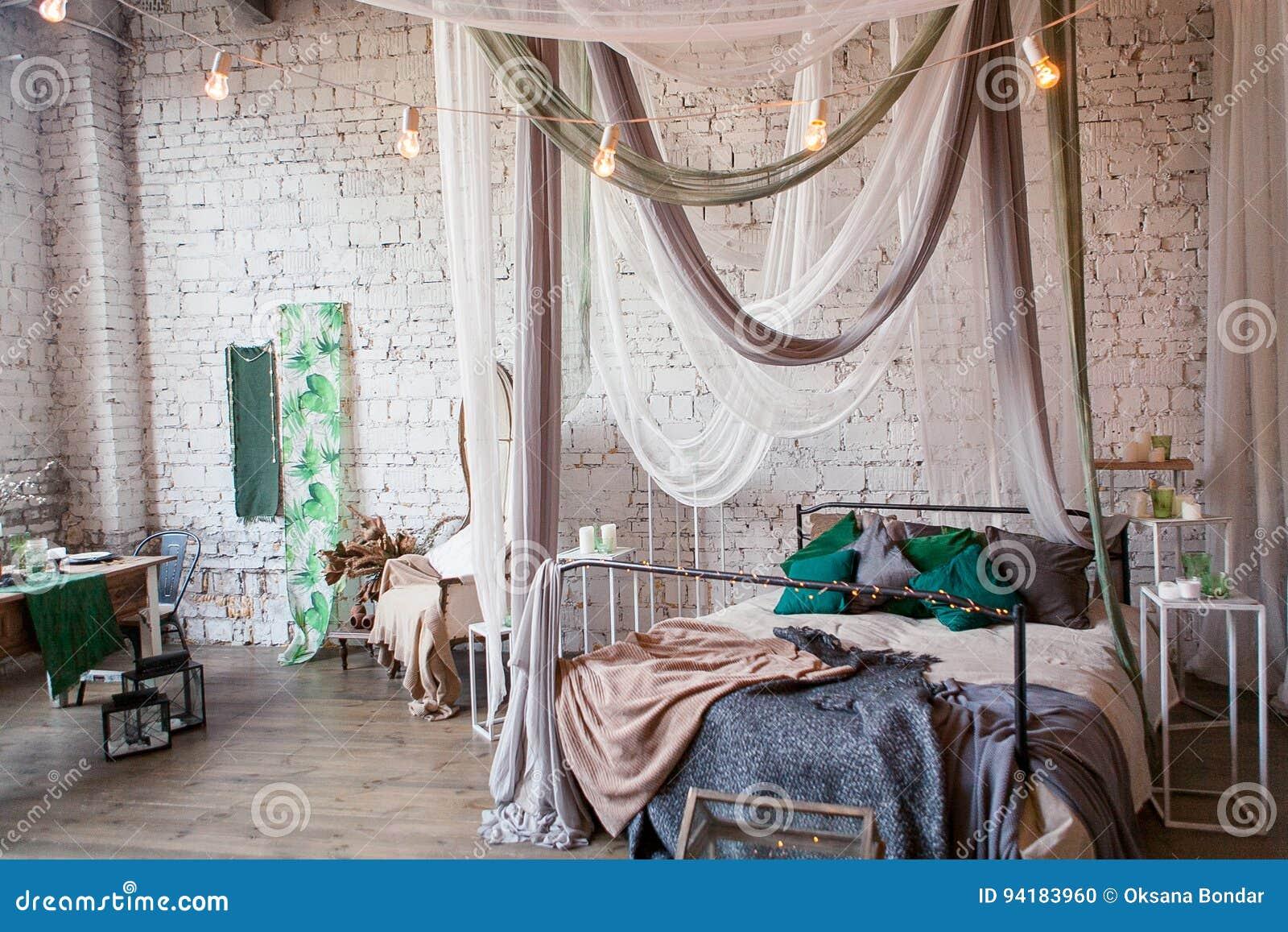 Nowożytna Loft Sypialnia Z Wysokim Sufitem ściana Z Cegieł