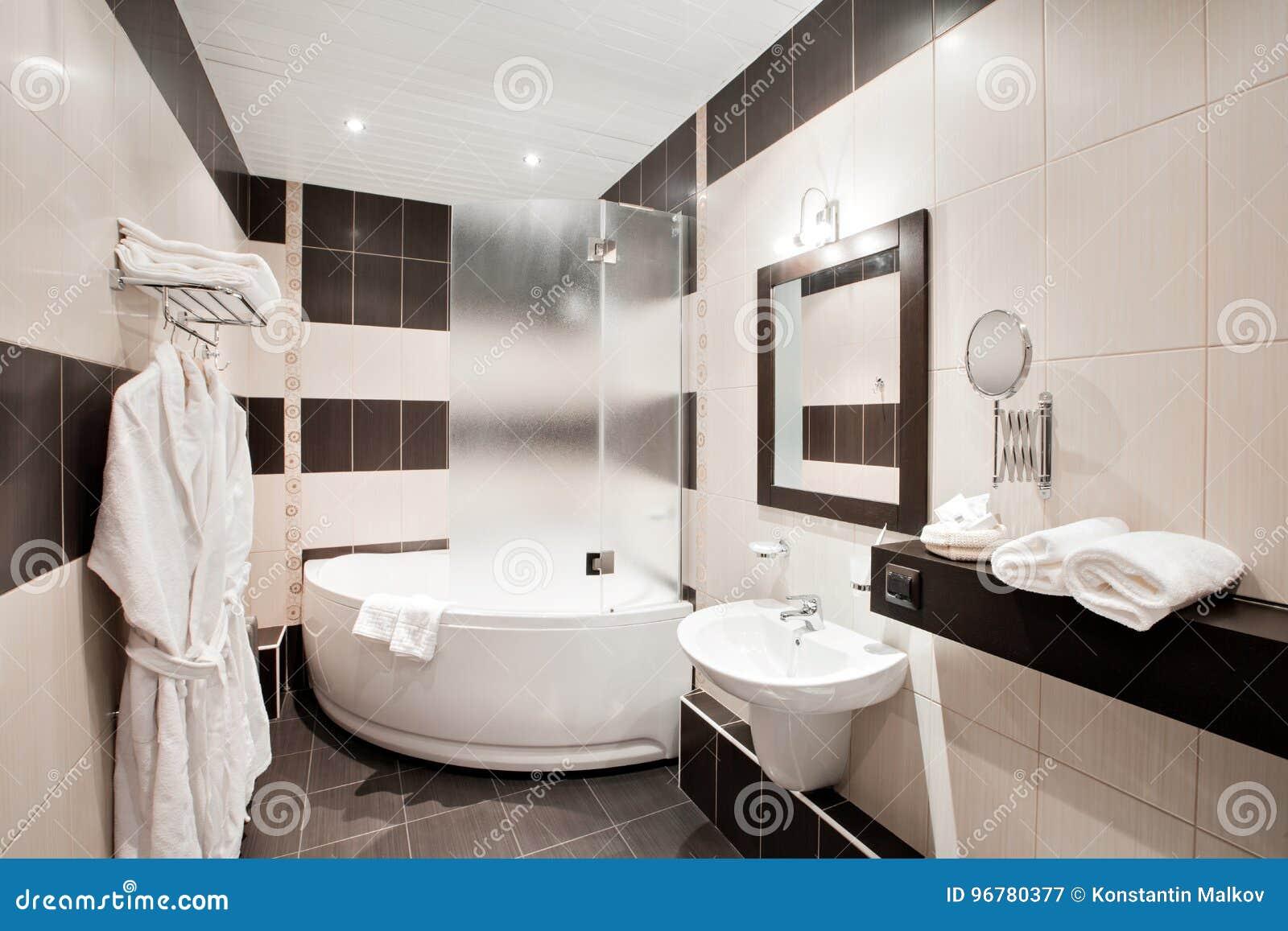 Nowożytna Luksusowa łazienka Z Wanną I Okno Wewnętrzny