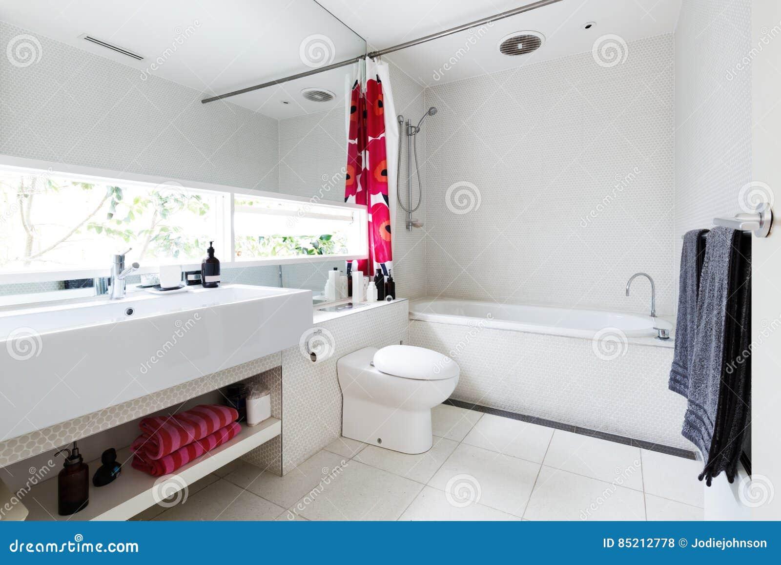 Nowożytna Odnawiąca Biała Mozaika Taflował Rodzinną łazienkę