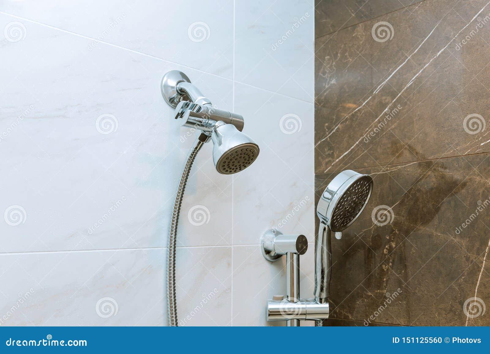 Nowożytna prysznic głowa w łazience z nową domową budową