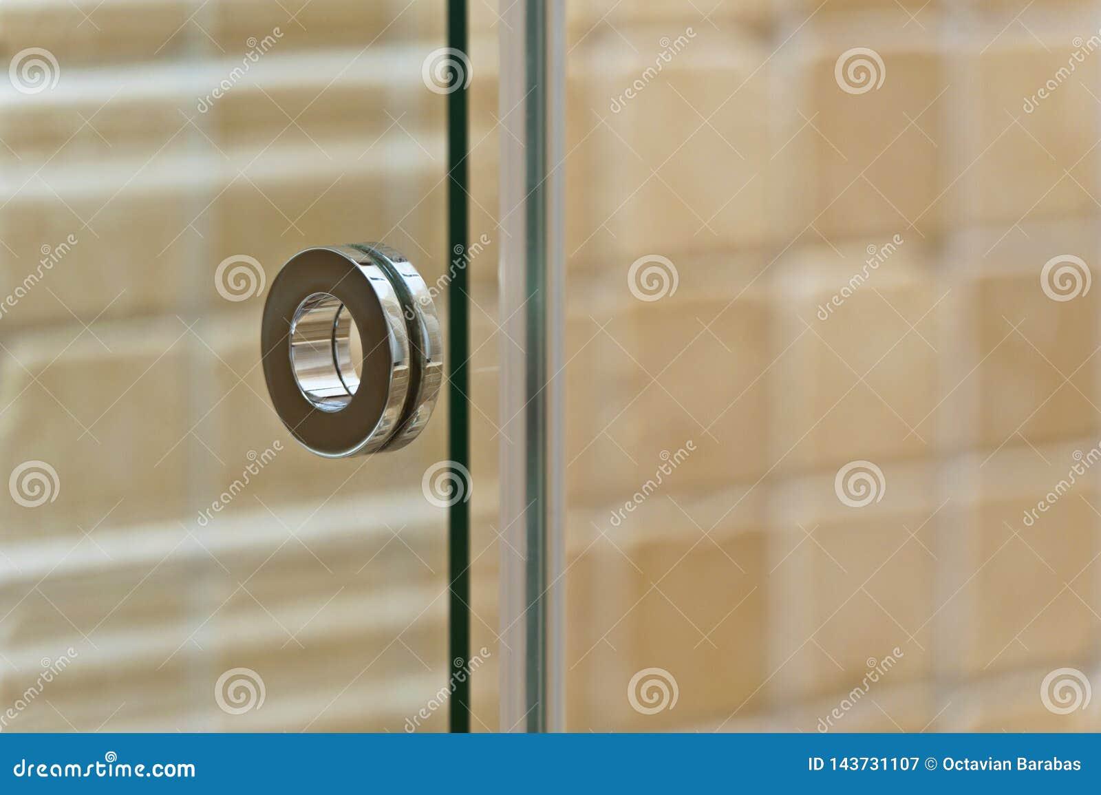 Nowożytna rękojeść na szklanym drzwi w łazience