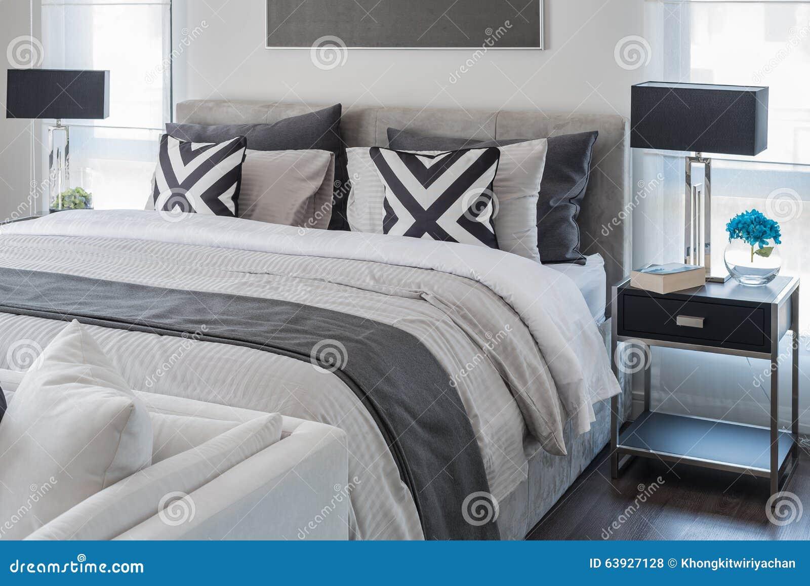 Nowożytna Sypialnia Z Białym łóżkiem I Czarną Lampą Zdjęcie
