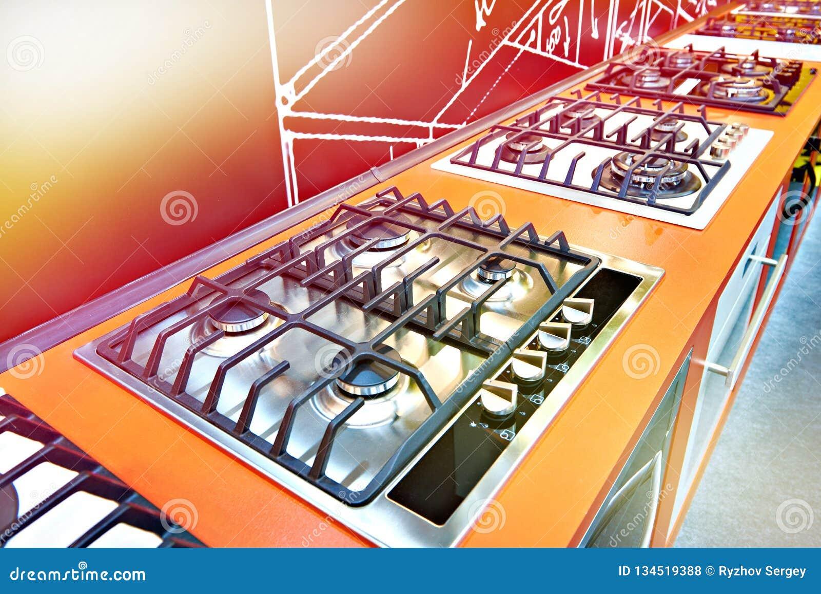 Nowożytne benzynowe kuchenki w sklepie