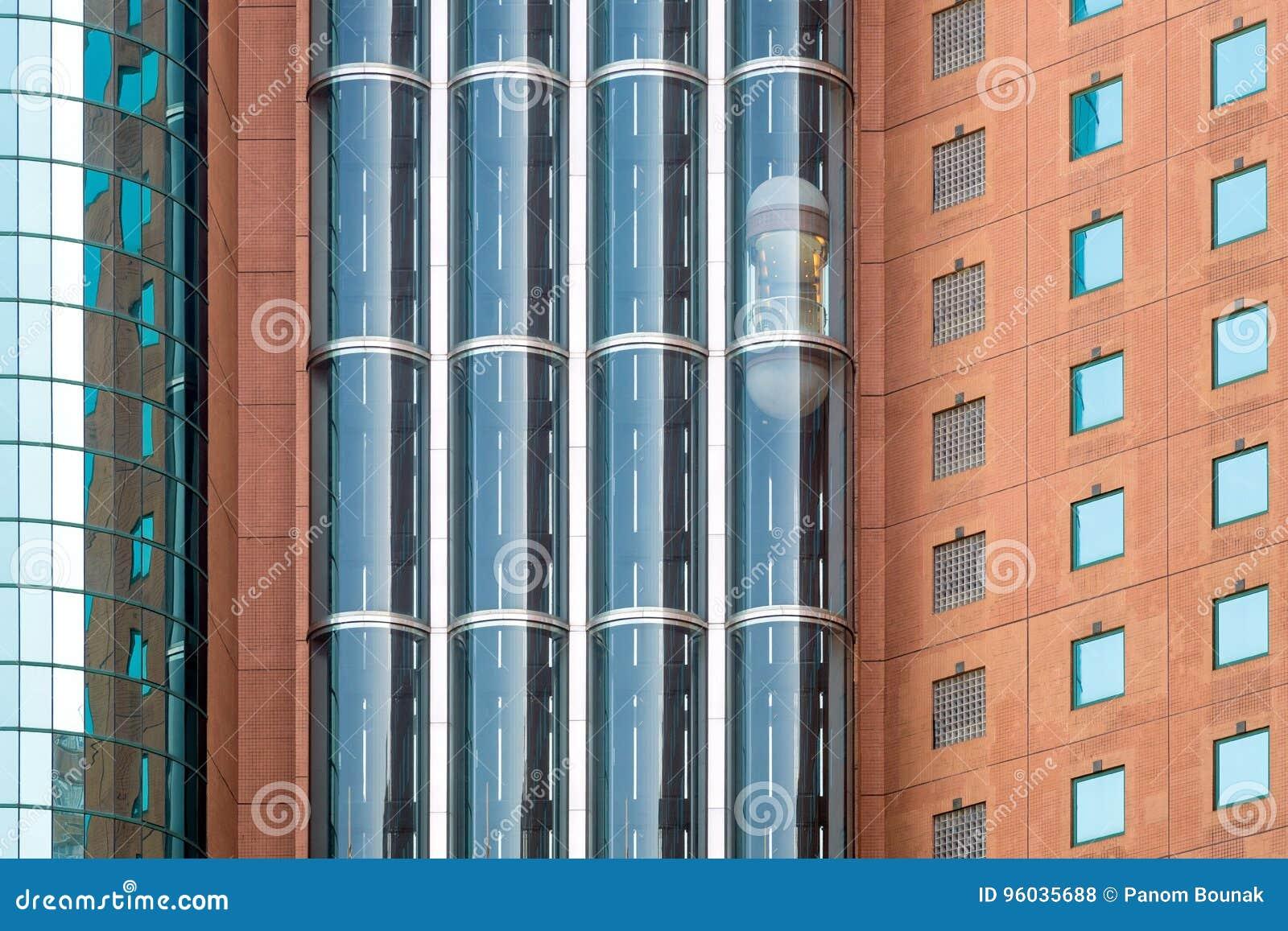 Nowożytne szklane windy lub dźwignięcia w nowym biznesowym budynku