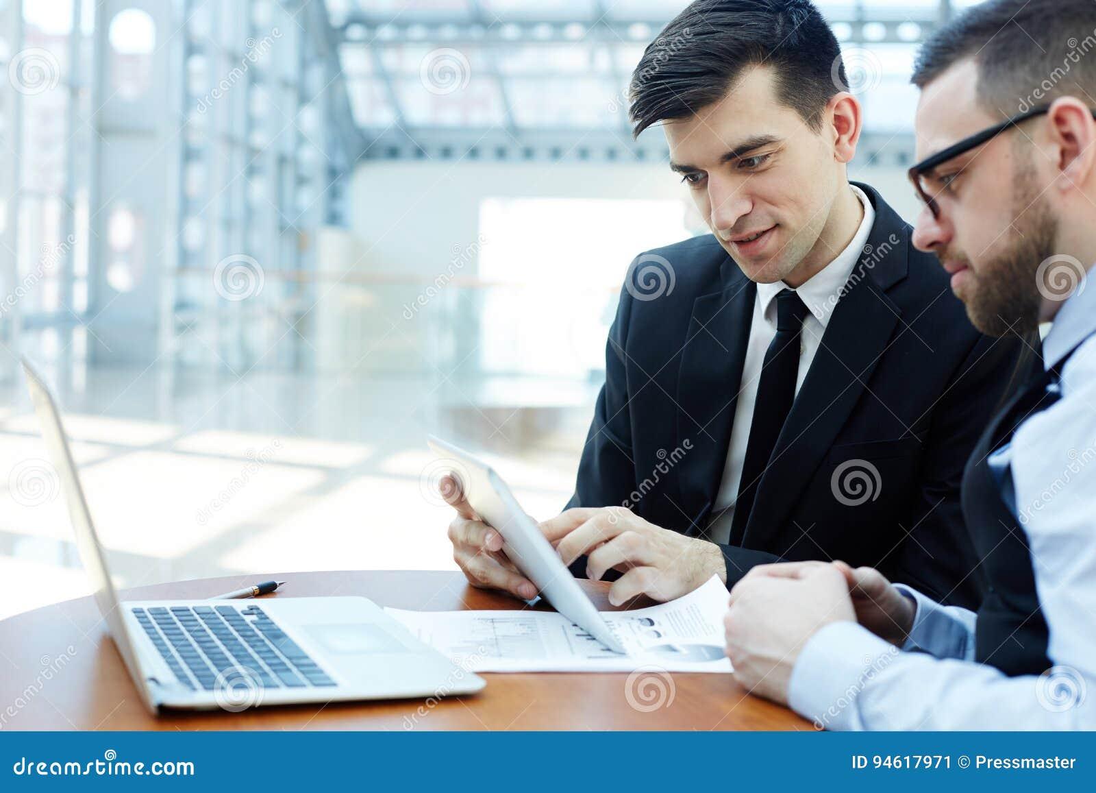 Nowożytni profesjonaliści Dyskutuje pracę w Planistycznym spotkaniu