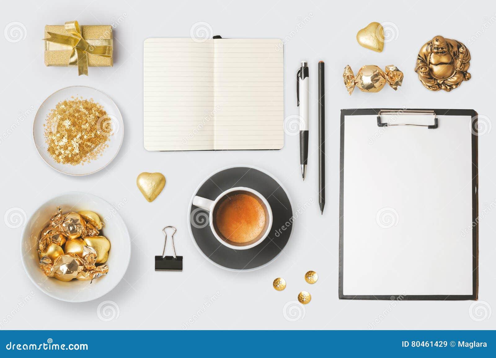 Nowożytni przedmioty i rzeczy dla egzaminu próbnego w górę szablonu projekta Notatnik, filiżanka i czekolada, na widok